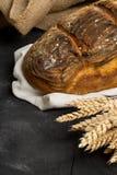 Pagnotta fatta a mano del pane con le orecchie del grano Immagini Stock