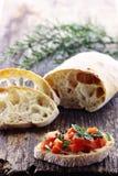 Pagnotta fresca del pane di ciabatta, affettata su un bordo di legno Fotografia Stock