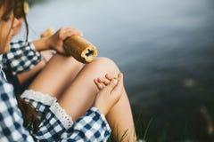 Pagnotta lunga nel girl& x27; mano di s Fotografia Stock