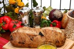 Pagnotta verde oliva del pane in cucina Immagini Stock Libere da Diritti