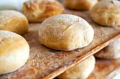 Pagnotte di pane bianco rotonde di recente al forno Fotografia Stock