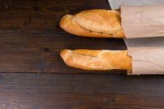 Pagnotte gemellate di pane francese in borse Fotografie Stock Libere da Diritti