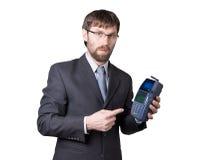 Pago con la tarjeta de crédito - hombre de negocios que lleva a cabo la posición terminal En el fondo blanco Imagenes de archivo
