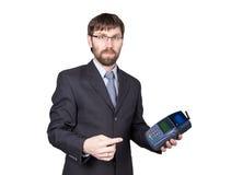 Pago con la tarjeta de crédito - hombre de negocios que lleva a cabo la posición terminal En el fondo blanco Imagen de archivo libre de regalías