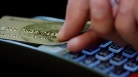 Pago con tarjeta de crédito de NFC Mano masculina del cliente que paga la tarjeta de crédito sin contacto almacen de video