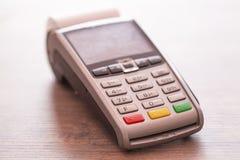 Pago con tarjeta de crédito, productos de la compra y de la venta y primer del servicio imagenes de archivo