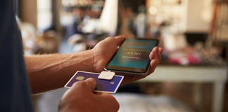 Pago con tarjeta de crédito App atado al teléfono móvil Imagen de archivo