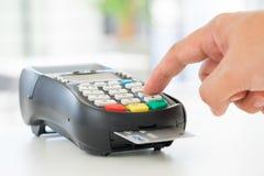 Pago con tarjeta de crédito, haciendo compras en línea Imagen de archivo libre de regalías