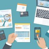 Pago de impuestos Impuestos del gobierno estatal Actividades bancarias móviles, pagando El hombre paga los impuestos con el servi libre illustration