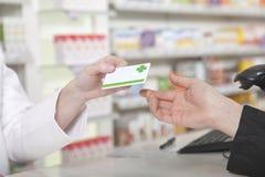 Pago de la tarjeta en farmacia Fotos de archivo libres de regalías