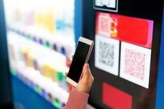 Pago del código de Qr, compras en línea, concepto cashless de la tecnología las mujeres dan sostienen el smartphone para el pago  foto de archivo libre de regalías