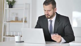 Pago en línea con la tarjeta de débito del hombre de negocios almacen de video