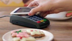 Pago móvil de NFC para la orden en café Cliente que paga a través del teléfono móvil almacen de metraje de vídeo