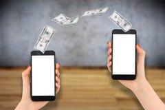 Pago o transferencia monetaria móvil con el smartphone, fondo de madera fotos de archivo