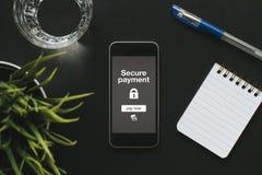 Pago seguro del teléfono móvil en la oficina imágenes de archivo libres de regalías