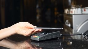 Pago sin contacto con el teléfono móvil Tecnología moderna en pagar método El pagar con un dispositivo del teléfono en una tarjet metrajes