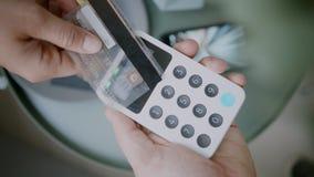 Pago sin contacto con el terminal del banco móvil almacen de video