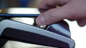 Pago sin contacto con smartphone con technlogy de NFC almacen de video