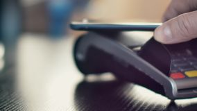 Pago sin contacto con smartphone con technlogy de NFC almacen de metraje de vídeo