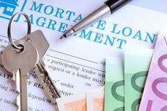 Pago y recibo de llaves y del acuerdo de préstamo de hipoteca Imagenes de archivo
