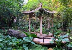 Pagod i kinesträdgård Arkivbild