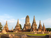 Pagod och blå himmel på Wat Phra Sri Sanphet Temple Arkivbild