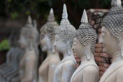 Pagod- och Buddhastatusen på Wat Yai Chaimongkol, Ayutthaya, Arkivfoto
