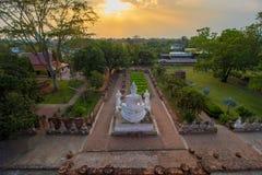 Pagod- och Buddhastatusen på Wat Yai Chaimongkol, Ayutthaya, Arkivfoton
