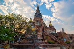 Pagod- och Buddhastatusen på Wat Yai Chaimongkol, Ayutthaya, arkivbilder