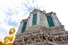 Pagod och staty i tempel Royaltyfri Fotografi