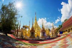 Pagod och sunstar i den Thailand templet Arkivfoto