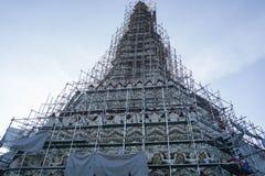 Pagod på Wat Arun under konstruktion Fotografering för Bildbyråer