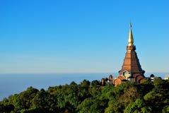 Pagoda agradable con el cielo azul en Tailandia Foto de archivo libre de regalías