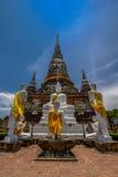 Pagoda antica con l'immagine di Buddha ed il monaco Statue Immagini Stock Libere da Diritti