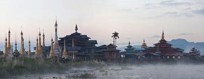 Pagoda antigo de Aung Mingalar no lago Inle, Myanmar Imagem de Stock