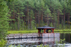 Pagoda asiatique de type sur un lac dans la forêt européenne Images libres de droits