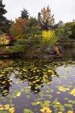 Pagoda avec du charme sur la côte d'un étang Images stock