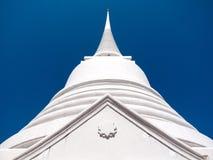 Pagoda bianca, centro di cielo blu fotografie stock