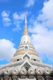 Pagoda bianca in tempio tailandese Fotografia Stock