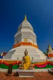 Pagoda bianca tradizionale con l'immagine buddista Fotografie Stock