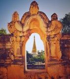 Pagoda birmana del templo en marco de ventana Fotografía de archivo