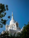 Pagoda blanca con el cielo azul Imagenes de archivo