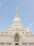 Pagoda blanca del estilo budista tailandés debajo del cielo azul Fotos de archivo libres de regalías