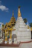 Pagoda blanca en el fondo del cielo azul Fotografía de archivo