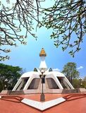 Pagoda blanca en el templo del PEL de Tham Klong del wat en Nong Bua Lam Phu Pr Imagenes de archivo