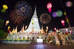 Pagoda blanca en fuegos artificiales del Año Nuevo de Wat-Prayoon Rawongsawaswith, Fotos de archivo libres de regalías