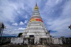 Pagoda blanca grande en la montaña Foto de archivo