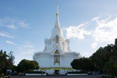 Pagoda blanca que contienen las reliquias del ` s de Buda con el azul hermoso s Imagenes de archivo