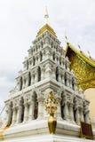 Pagoda blanche dans le temple thaïlandais à la province de Lamphun, Thaïlande du nord Images stock