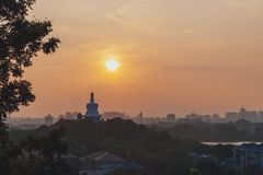 Pagoda blanche de parc de Beihai contre le coucher du soleil, vue du parc de Jingshan, dans Pékin, la Chine image stock